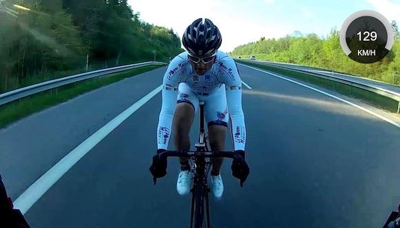 ciclista dietro motore